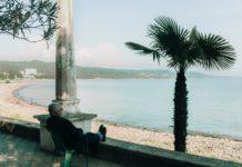 Personne âgée se reposant au bord d'un lac