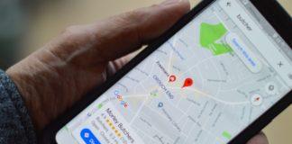 Un utilisateur de Google Maps consulte son trajet sur son smartphone