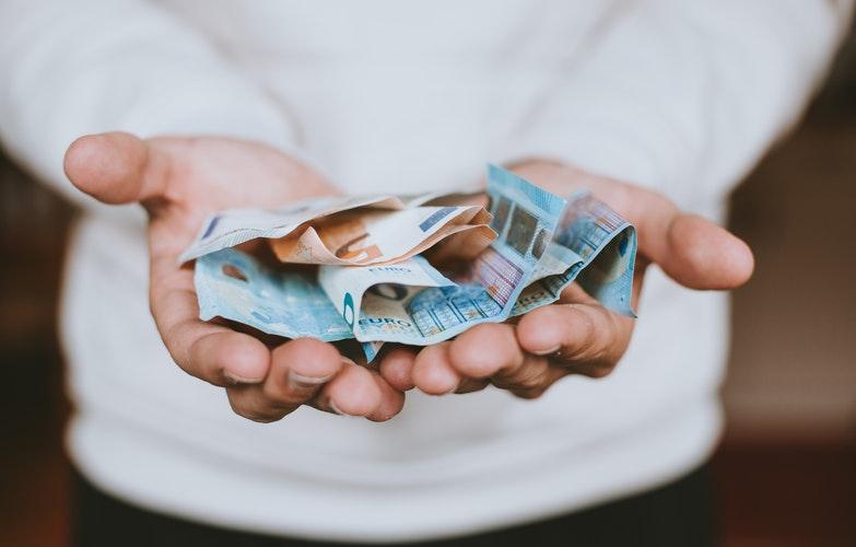 Personne tenant des Euros en main