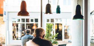 Des retraités assis dan un café