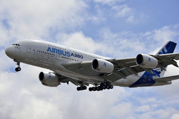 Un Airbus A380 dans le ciel de Paris