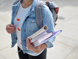 Une jeune étudiante tenant des livres sous le bras