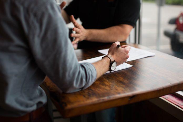 Des travailleurs discutant autour d'une table