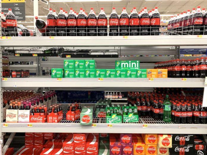 Des étales de boissons dans un supermarché