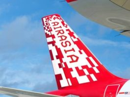 L'aile d'un avion d'AirAsia en vol