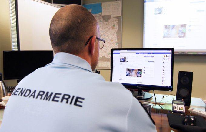 Un gendarme devant son ordinateur