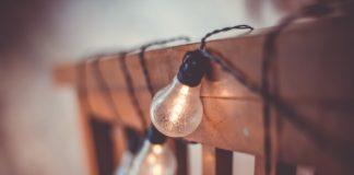 Des ampoules en rangée dans une maison