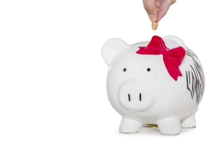 Une personne épargnant une pièce d'argent