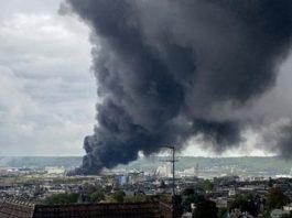 Une colonne de fumée s'élévant au dessus de l'usine Lubrizol à Rouen