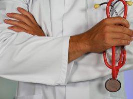 Un médecin tenant son stethoscope