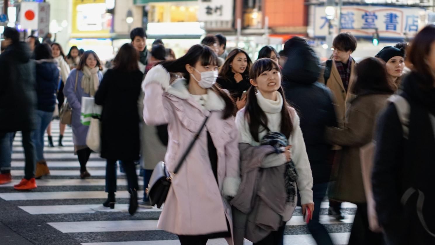 Des personnes dans une rue de Tokyo, au Japon.
