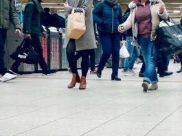 Des passagers dans une gare de la RATP, Paris (France).