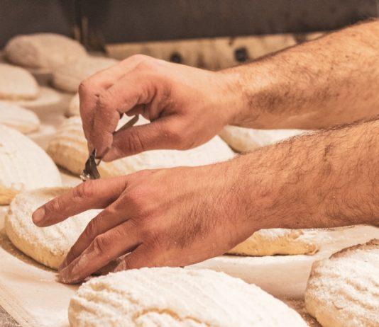 Un boulanger au travail.