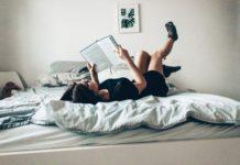 Une jeune fille sur son lit en entrant de lire (Paderborn, Allemagne).