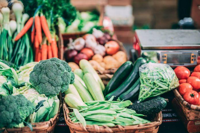 Des légumes et fruits en vente.
