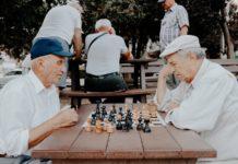 Des retraités jouant aux dames.