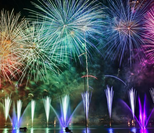 """Un feu d'artifice tiré lors de la """"Fête du Lac"""" en 2017 à Annecy, en France."""