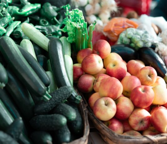 Des fruits et légumes sur un marché.