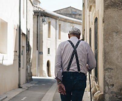Un vieillard dans la rue, Italie.
