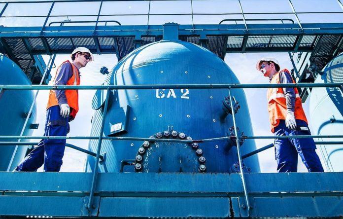 Deux techniciens d'Engie sur une plateforme du groupe (Photo : Engie)..